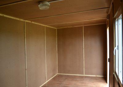 Внутренняя отделка строительного вагончика: ДВП, усиленные и утепленные полы покрыты фанерой OSB